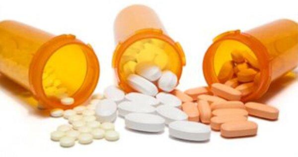 Три баночки с высыпанными из них таблеток